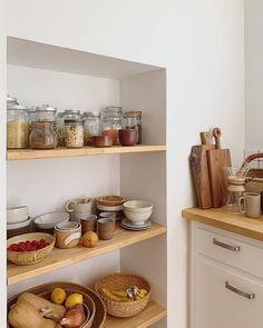 home accents kitchen Bild knnte enthalten: Innenbe - Kitchen Dining, Kitchen Decor, Cozy Kitchen, Kitchen Chairs, Open Kitchen, Boho Dekor, Types Of Cabinets, Diy Storage, Food Storage