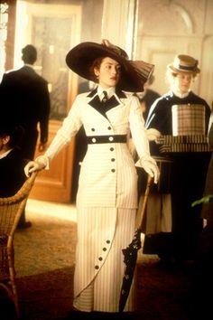 Uno de los once Oscars que ganó Titanic, fue para el diseño de vestuario en la película, obra de Deborah Lynn Scott. Entre los trajes más inolvidables, el modelo marino y blanco que luce Kate Winslet a su llegada al transatlántico.Vestidos de película