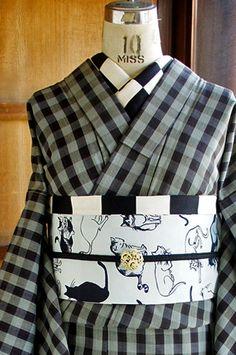 黒とパウダーブルーグレーのモダンなブロックチェックが織り出されたウールの単着物です。