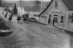 Amazing Black & White Photos of American Pioneers pics) Old Western Towns, Western Art, Main Street America, Black White Photos, Black And White, Columbia, Oregon Trail, American Frontier, American Spirit