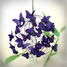Lampara colgante. Se envia con un metro de cable, casquillo y floron en color negro. Lamparita no incluida.  Las mariposas se envían en una caja por separado.