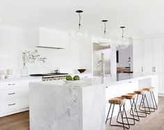 White kitchen countertops are all the rage. If you're looking for a classic look with a modern twist, consider the versatile Super White Granite stone. Home Decor Kitchen, Interior Design Kitchen, Home Kitchens, Grey Kitchens, Modern White Kitchens, Interior Ideas, Stylish Interior, Cottage Kitchens, Luxury Kitchens