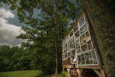 Cabaninha barata feita de janelas usadas