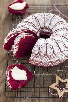 La ciambella Rev velvet è la versione sciuè sciuè e semplificata della classica Red velvet cake che in tante avete replicato con successo; è una torta umida dal colore rosso brillante perfetta per celebrare Natale, San Valentino e le occasioni di festa. Rispetto alla versione classica c'è il vantag Donut Recipes, Cake Recipes, Red Velvet Bundt Cake, Sweet Corner, Torte Cake, Kakao, Sweet Cakes, Let Them Eat Cake, Sweet Recipes