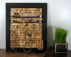 Des bouchons en liège et cadre photo comme porte bijoux