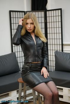 pencil skirt and tshirt outfit Tight Leather Pants, Black Leather Skirts, Looks Pinterest, Katie Melua, Leder Outfits, Shiny Leggings, Foto Pose, Vintage Skirt, Leather Fashion