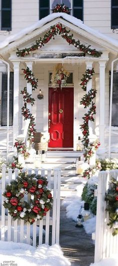 Uplift the décor of your porch with these chic Christmas porch decoration ideas. The outdoor Christmas décor inspiration in the gallery offers inputs for a complete porch Holiday makeover. Elegant Christmas Decor, Christmas Door Decorations, Christmas Porch, Noel Christmas, Winter Christmas, All Things Christmas, Christmas Lights, Holiday Decor, Outdoor Decorations