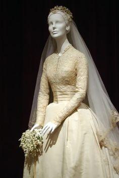 grace kelly wedding dress details - Căutare Google | Wedding dresses ...