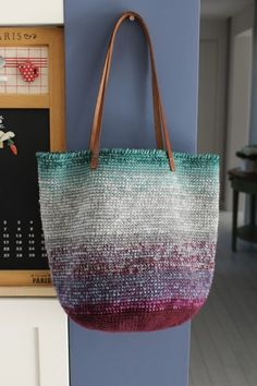 이름을 뭐라 지어야할지 모르겠네요 ㅋ 이럴땐 창의성 부족 ㅋ 제가 만든 가방이 다 거기서 거기라 ㅎㅎ 색... Crotchet Bags, Knitted Bags, Crochet Handbags, Crochet Purses, Crochet Yarn, Crochet Stitches, Mochila Crochet, Crochet Shoulder Bags, Crochet Market Bag