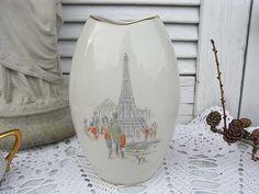 *wunderschöne Blumenvase der fifties*  Hell cremweißes Porzellan, zeittypisches Dekor mit Eiffelturm und Pariser Straßenszenerie. Oval, hinten ein kleineres Dekor, seitlich 2 kleine Dekore....