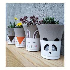 37 Ideas flowers vase painting clay for 2019 Concrete Pots, Concrete Crafts, Painted Plant Pots, Cement Art, Succulent Pots, Succulents Garden, Diy Planters, Flower Boxes, Garden Pots