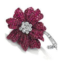 Les bijoux d'Hélène Rochas aux enchères chez Christie's : Broche Magnolia de Van Cleef & Arpels en diamants et rubis serti mystérieux, vers 1968. Estimation: 150 000 - 200 000 euros