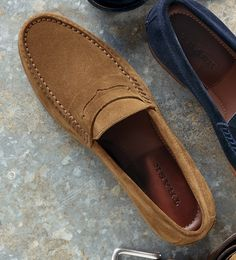 All-American classic, hand-sewn of softest, water-resistant suede for comfort even without socks! English suede from the Charles Stead tannery. Lofers Shoes, Mens Loafers Shoes, Suede Shoes, Dress Shoes, Shoes Men, Business Casual Shoes, Casual Slip On Shoes, Mocassins Luxe, Mens Red Suit