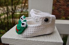 Frog Mary Janes Baby Shoes free crochet pattern -- Roonie Ranching © 2013