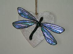 Libellule en fil aluminium et perles de verre sur cœur en bois. 30 €
