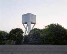 Construído na 2013 na Mons, Bélgica. Imagens do Maxime Delvaux/354 photographers. Caixas d'água são infraestruturas que transcendem sua função técnica e ajudam a dar forma à paisagem. A maioria delas foi construída no século XX,...