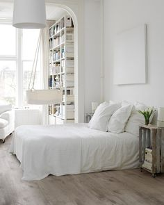 Scandinavian-style bedroom is simple, tranquil, bright and relaxing.