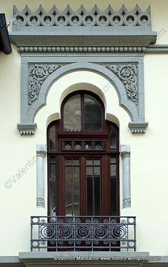 Overall superlative neo style balcony. Bucharest Romania, Old Windows, Construction Design, Historic Homes, Belle Epoque, Doorway, Traditional House, Stairways, Architecture Details
