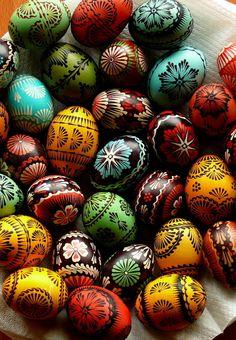 Very nicely done Lemko pysanky: Easter Egg Pattern, Egg Tree, Easter Egg Designs, Coloring Easter Eggs, Egg Coloring, Ukrainian Easter Eggs, Easter Holidays, Hoppy Easter, Egg Decorating