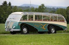 Wie hätten Sie es denn gerne? Dieser Saurer 3C-H ist mehr als nur ein schicker Bus, denn bei Bedarf verwandelt sich der Schweizer…