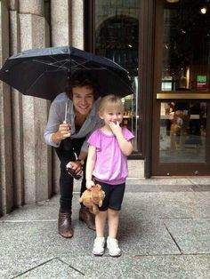 Harry Styles with a young fan!! So cute!!!! :)