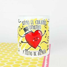"""Tengo el corazón contento y el motivo eres tú, y tengo esta taza que me lo recuerda cada mañana. Para empezar el día con una sonrisa. Disponible en 3 idiomas:  Español: """"Tengo el corazón contento y lleno de alegría"""".  Inglés: """"You make my heart happy"""".  Portugués: """"Fazes o meu coração feliz"""".  www.vagalumedesigns.com  regalo molon taza desayuno café té"""