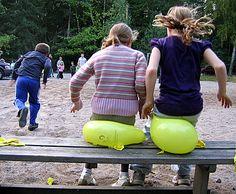 Knal je rot - www.activitheek.nl Verdeel de kinderen in 2 teams. Binnen de teams maak je koppels. Elk koppel krijgt een ballon.Bij het beginsignaal mag het eerste koppel van elk team naar de stoel rennen, één kind gaat erop zitten met de opgeblazen ballon op schoot. Het andere kind van het koppel moet proberen de ballon stuk te maken, door bij het eerste kind op schoot te gaan zitten. Wanneer de ballon stuk is, mogen zij terugrennen en mag het volgende koppel starten.