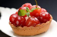 「さくらんぼタルト」 さくらんぼの時期限定のスイーツ Tarts, Cherry, Sweets, Fruit, Food, Mince Pies, Pies, Gummi Candy, Candy