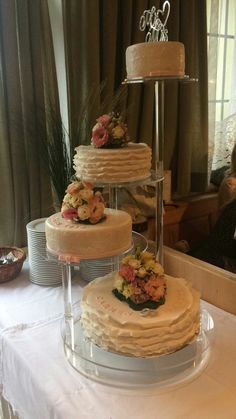 Hochzeitstorte mit Rüschen  und Spitzen Tiered Cakes, Table Settings, Wedding Cakes, Pies, Place Settings, Tablescapes