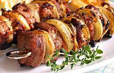 Marinované konce vepřové panenky napíchané na grilovacích jehlách spolu se slaninou a cibulí, ugrilované na roštu grilu okořeněné oblíbeným kořením. Sausage, Grilling, Meat, Chicken, Recipes, Sausages, Crickets, Recipies, Ripped Recipes