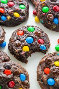 Batch Chocolate M&M Cookies - Baker by Nature Thick and chewy soft batch chocolate cookies loaded with rainbow M&Ms and gooey chocolate chips!Thick and chewy soft batch chocolate cookies loaded with rainbow M&Ms and gooey chocolate chips! Just Desserts, Dessert Recipes, Trifle Desserts, Dessert Food, Keks Dessert, Cookies Et Biscuits, Cookies Soft, Cream Cookies, Gastronomia