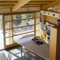 Ein Holzhaus, das perfekt in die Natur eingepasst ist und zudem ziemlich cool aussieht. Die Neigung des Daches entspricht der Hangneigung. Innen besticht das Holzhaus mit schönem Design auf zwei Ebenen.