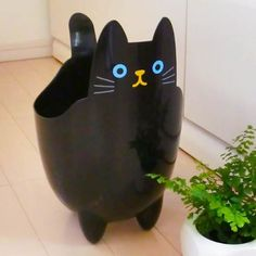 Fancy goods store PoccL: Cat dust ( Recycle Bin ) Clos - Purchase now to accumulate reedemable points! Art Plastic, Plastic Bottle Planter, Plastic Bottle Crafts, Plastic Animals, Recycled Planters, Recycled Crafts, Reuse Plastic Bottles, Recycled Bottles, Fun Crafts