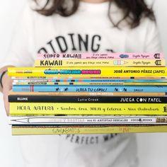 Dia 40 . Estos días hay una avalancha de contenidos en las redes súper interesante que @cosasmolonas está compartiendo a través de un canal de telegram para peques y mayores. . Podéis echar un vistazo buscando Cosas Molonas allí. . En el blog he dejado una selección de nuestros libros favoritos para aprender a dibujar ✨ . Espero que estéis bien al otro lado de la pantalla 🤗 . #cosasmolonas #librosrecomendados #cuarentenacreativa #cuarentenaconniños #aprenderadibujar #hoycuentamos… Smiley, Books, T Shirt, Things To Draw, Its Ok, Recommended Books, Searching, Display, Artists