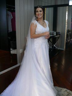 Vestido de Noiva com aplicação de renda e bordado manual