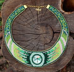 A necklace with a dragonfly, embroidered on a felt // Naszyjnik z ważką wyszywany koralikami w odcieniach zieleni