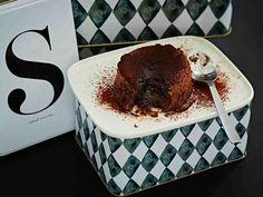 Suolainen salmiakkisydän yllättää suklaaleivonnaisen sisällä.
