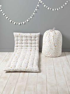 Vive les pyjamas party grâce à ce matelasd'appoint style futon ! Idéal aussi comme air de jeu pour bébé, coin lecture ultra confortable ou matelas de