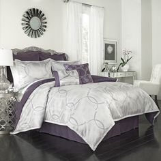 This lovely ensemble features a silver and light purple jacquard geometric pattern on a light grey background. Reverse is solid plum. This set is conveneniently machine washable.