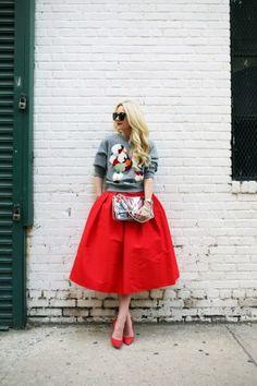 женственный образ с пышным платьем и свитшотомДля романтического лука лучше всего сочетать его с расклешенной юбкой миди длины, либо вариантом плиссе. Эффектно выглядит толстовка, надетая поверх пышного платья: это не только модно, но и функционально (можно не бояться замерзнуть холодным вечером). Очень важно подобрать к образу правильные лаконичные аксессуары и сумочку. Обувь для такого сета может быть как на каблуке, так и на низком ходу.