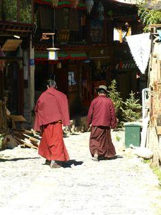 Moines tibétains se promenant dans la ville tibétaine patrimoniale de Shangri-La dans le nord de la province du Yunnan en Chine lors d'un voyage en 2012.
