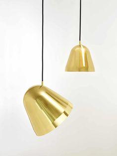 In alle Richtungen lässt sich der Schirm der Messingleuchte Tilt S Brass schwenken. Bei Designort schöne Designleuchten online kaufen!