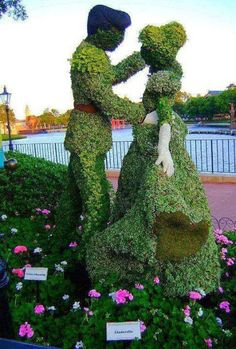 Topiery artebde recortar o podar arboles setos o arbustos formando figuras.