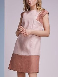 Платье прямого силуэта. Платье из комбинированных цветов. Вырез круглый. Рукав…: