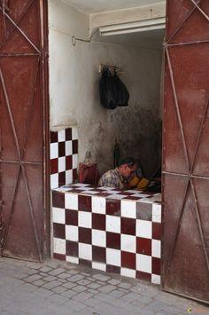 Un artisan dans le souk de Marrakech. C'est une échoppe typique tel que l'on en trouve beaucoup.