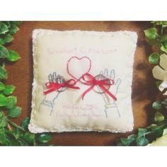 リングピロー、会場のはいかにもって感じだったから作ったー=≡Σ((( つ•̀ω•́)つ 途中で糸の色が廃盤な事に気付き、少し色が違うのかなしみ( ´﹏` ) 赤い糸で結ばれています❤️ #プレ花嫁 #結婚式準備 #新潟プレ花嫁 #diy #結婚式diy #Wedfest #リングピロー #リングピロー手作り #ナチュラルウエディング #赤い糸 #不器用すぎて刺繍ガタガタ #何故か徹夜