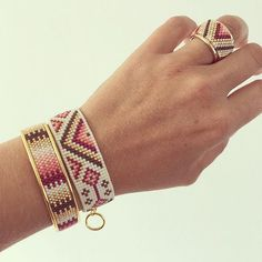 """Theme of the day: """"Wild Berry"""" to find again tonight on the e-shop. Loom Bracelet Patterns, Bead Loom Bracelets, Bead Loom Patterns, Jewelry Patterns, Diy Bracelet, Weaving Loom Diy, Bead Weaving, Rubber Band Bracelet, Wire Wrapped Bracelet"""