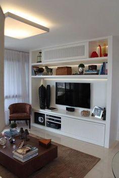 Com o objetivo de integrar a sala de estar com a varanda, este home theater foi projetado pela empresa High End. O espaço, de 30 m², ganhou mesa de madeira, poltrona na cor marrom e mobiliário branco. O espaço é assinado pela arquiteta Paula Müller.