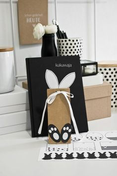 Osterfreebies 2017 Hasenohren und Pfötchen - Schnelle DIY Osterverpackung (kukuwaja) Easter freebies 2017 rabbit ears and paws - fast DIY Easter packaging Kids Crafts, Crafts For Teens To Make, Diy Gifts For Kids, Presents For Kids, Easter Crafts, Diy And Crafts, Paper Gift Box, Paper Gifts, Diy Gifts For Christmas