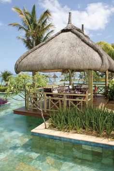 The best of international and Mauritian cuisine takes pride of place in its restaurants thanks to demonstrative, generous and varied menus that can be savoured in the main restaurant, next to the pool or even on the beach. Great Places, Places To See, Beautiful Places, Seychelles, Uganda, Cabana, Mauritius Island, Beau Site, Holiday Resort